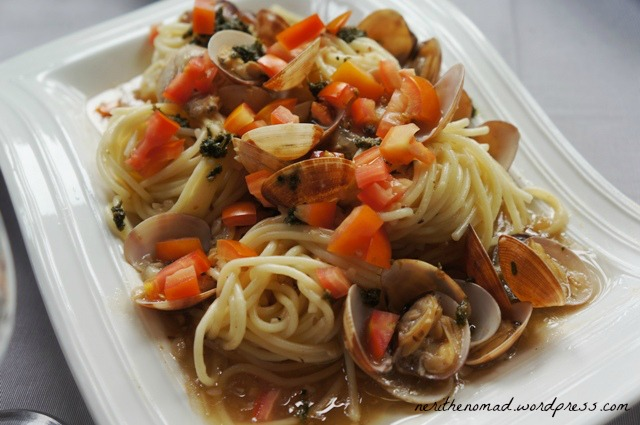 Vongole pasta with fresh tomatoes and pesto drizzle